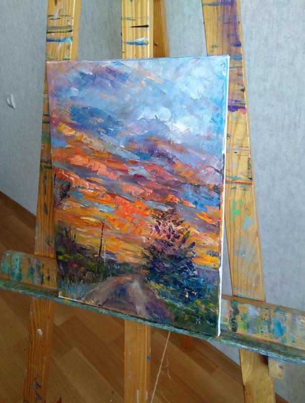 """Картина """"Дачный закат"""" на мольберте."""
